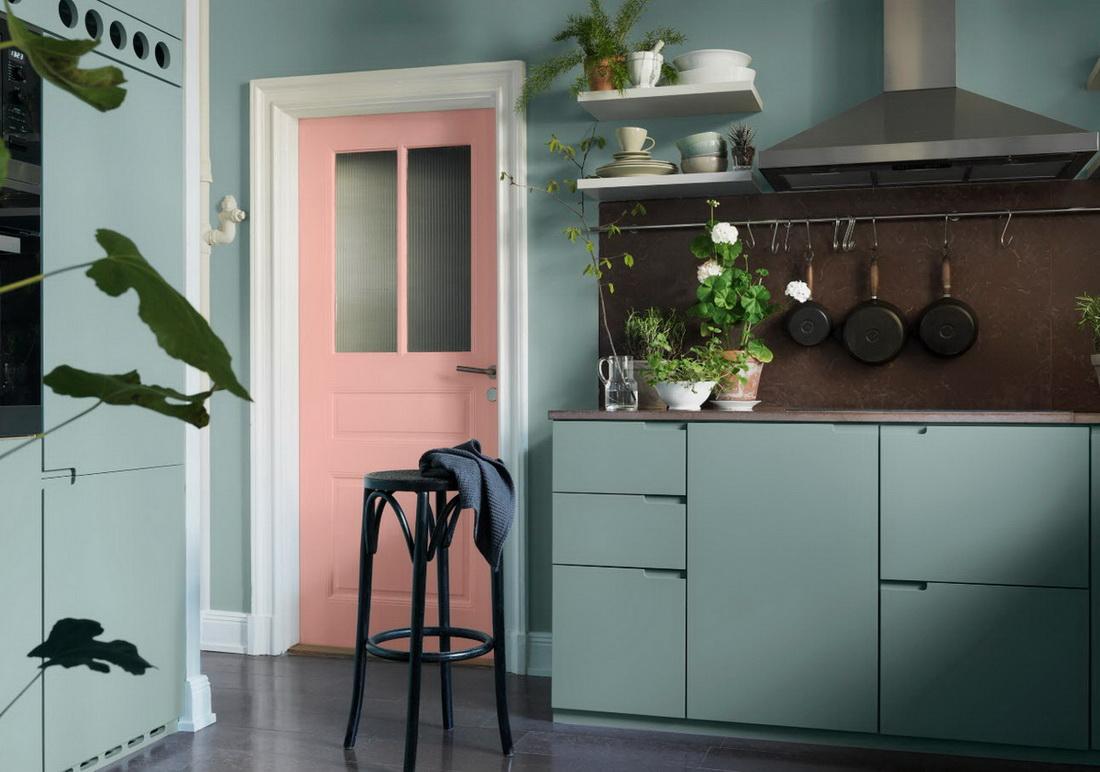 мятная кухня розовая дверь